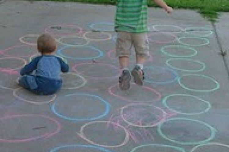 Kleuterspelletjes: krijt cirkels
