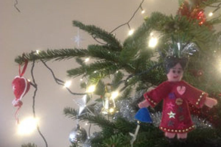 Liedjes ophangen in de kerstboom