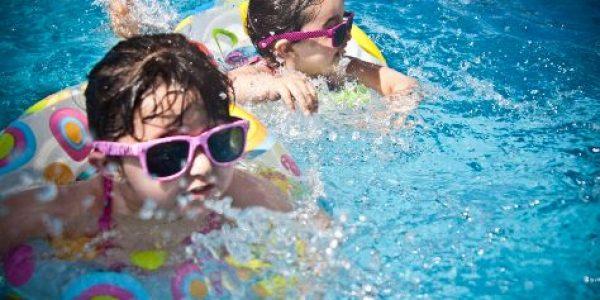 Hoe hou je je kind in de gaten in het zwembad?