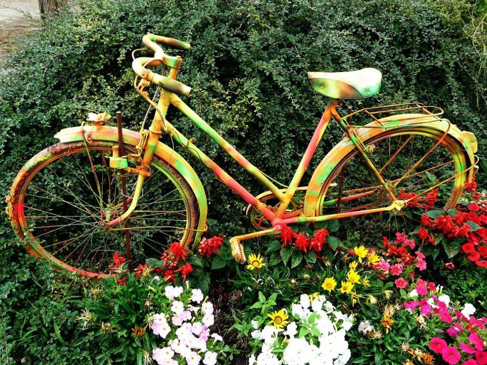 Een lekke fietsband; de juf is er blij mee!!
