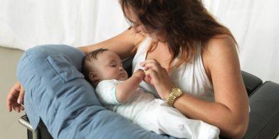 Een voedingskussen. Zacht voor de baby, comfortabel voor u