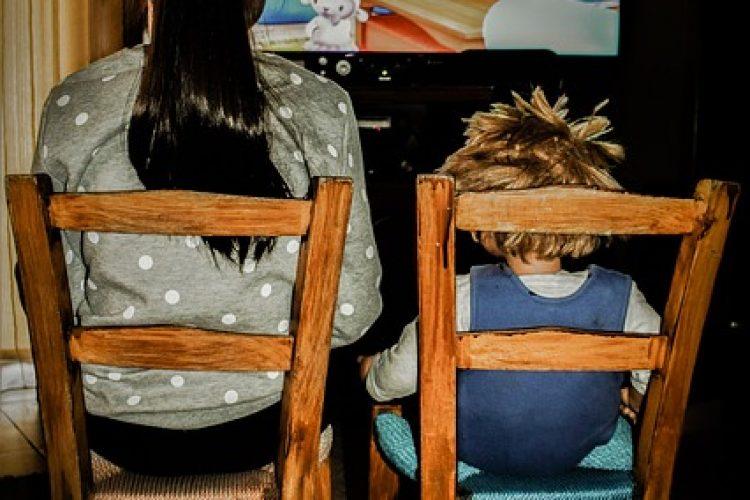 Te veel tv kijken, kan tot pesten lijden