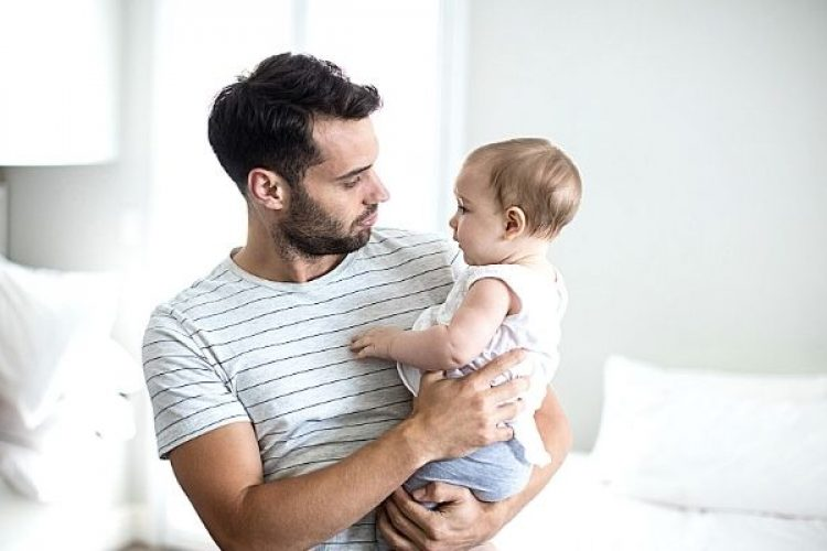 waarom vaders meer met hun babys moeten praten